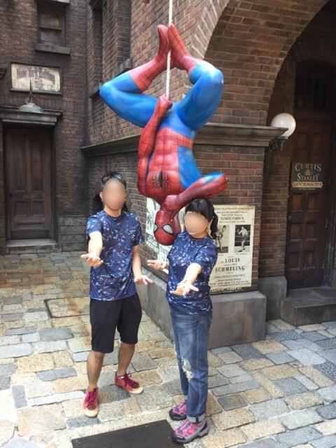 スパイダーマンと一緒に記念撮影