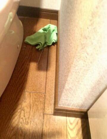 トイレの床を拭いているイメージ
