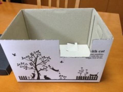 切れ目を入れた紙箱