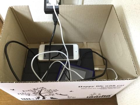 紙箱に入った電子機器たち