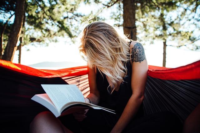 勉強しながら泣いている女性