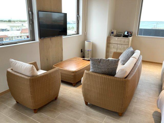 THIRD石垣島シービューツインルームのソファースペース