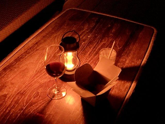 THIRD石垣島ルーフトップテラスで食事を楽しむ