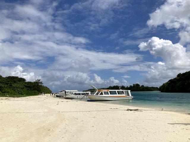 川平湾とグラスボートと青い海