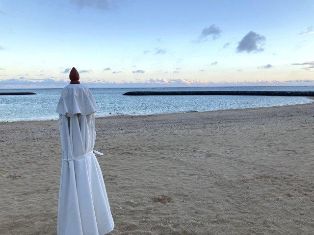 マエサトビーチ夕方の海と白いパラソル